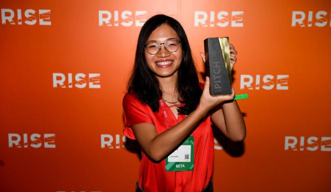Nhà sáng lập Logivan Phạm Khánh Linh bên chiếc cúp dành cho quán quân Cuộc chiến khởi nghiệp tại RISE. Ảnh: NVCC.