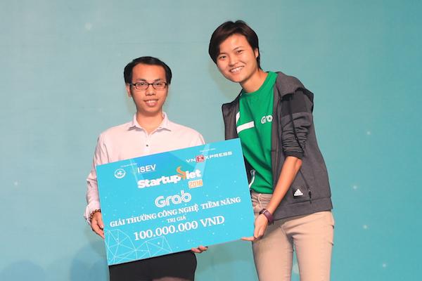 Lê Anh Tiến (trái) đại diện Chatbot Việt Nam nhậngiải thưởng công nghệ Tiềm năng100 triệu đồng, trong khuôn khổ chung kết Startup Việt 2018.
