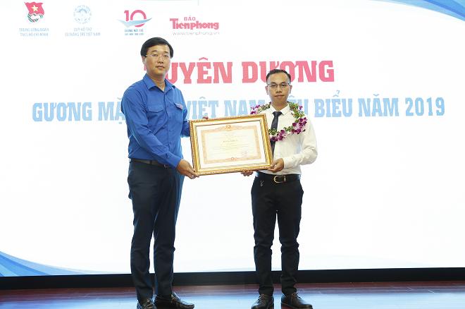 CEO Lê Anh Tiến (phải) là một trong 10 gương mặt trẻ tiêu biểu Việt Nam năm 2019. Ảnh: NVCC