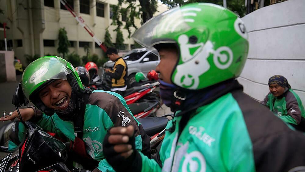 Các tài xế chạy xe Gojek tại thủ đô Jakarta của Indonesia.