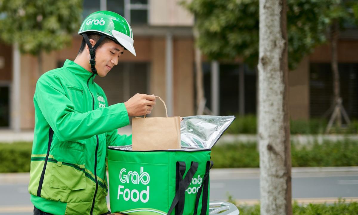 Nhân viên giao hàng của GrabFood.