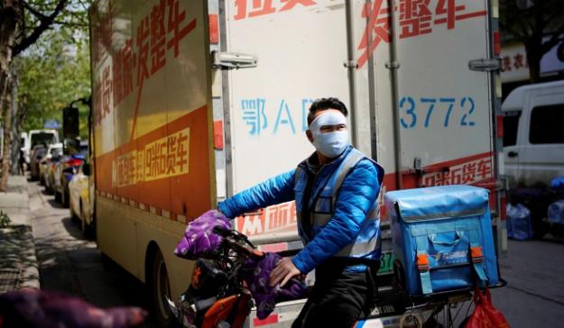 Một người gia hàng tại Vũ Hán, Trung Quốc. Ảnh: SCMP