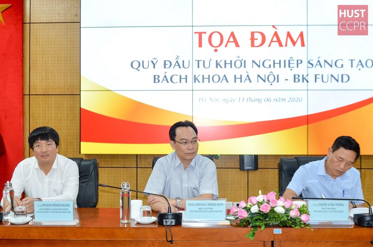 PGS.TS Hoàng Minh Sơn, Hiệu trưởng ĐHBK Hà Nội (giữa); Thứ trưởng Bộ Khoa học và Công nghệ Trần Văn Tùng (phải) tại buổi toạ đàm về Quỹ Sáng tạo Khởi nghiệp BK Fund ngày 11/6. Ảnh: HUST.