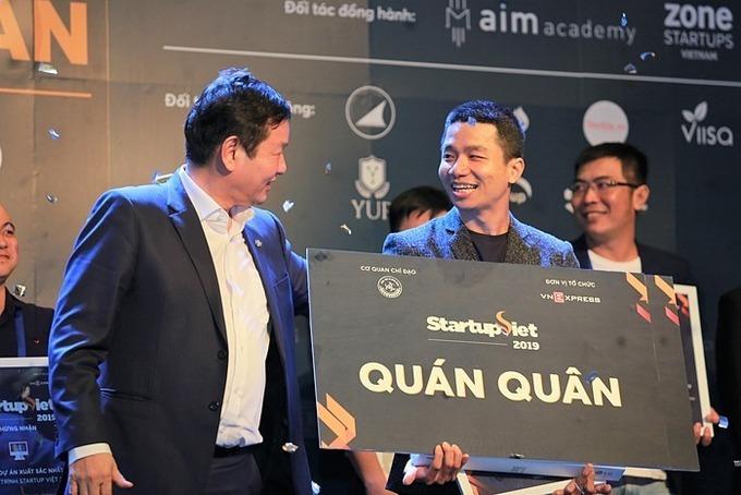 Phan Xuân Cảnh - nhà sáng lập startup Viec.Co (phải) nhận giải quán quân tại cuộc thi Startup Việt 2019.