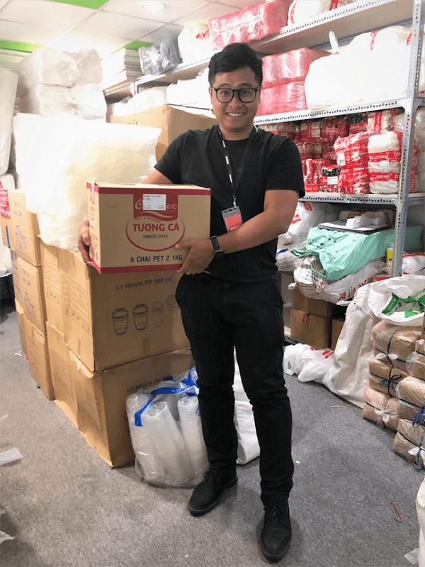 CEO Loship Nguyễn Hoàng Trung tại nhà kho đầu tiên của nền tảng này.