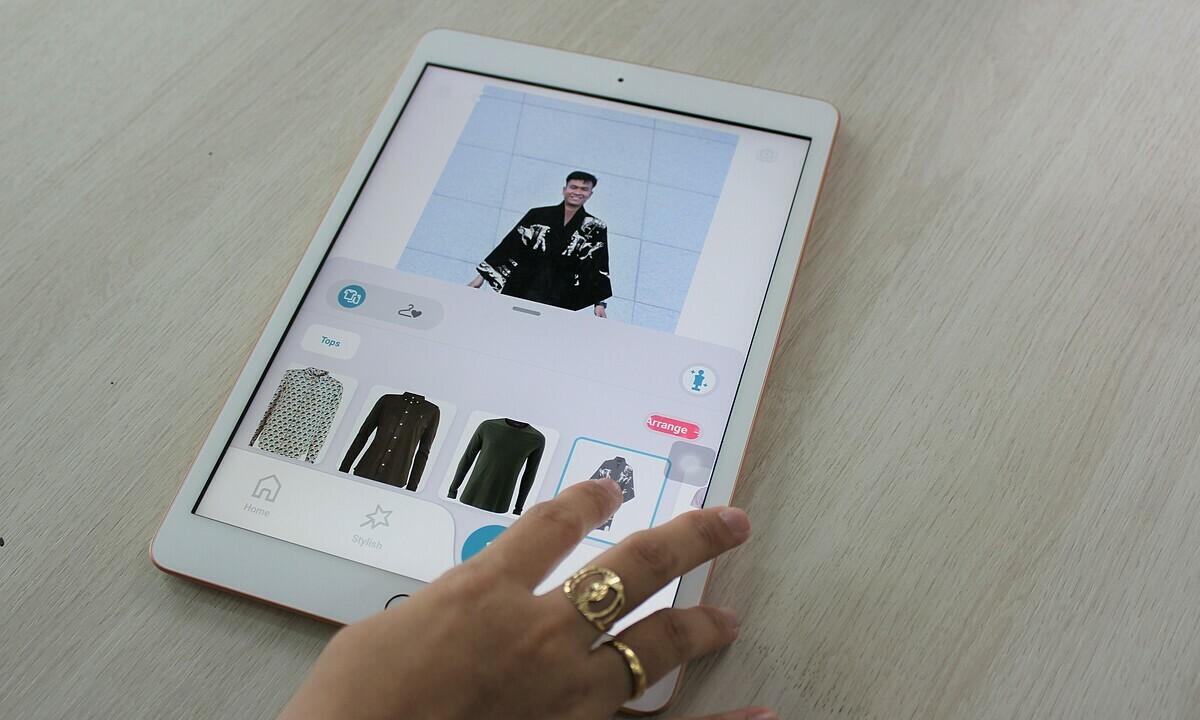 Người dùng chỉ cần kéo và thả quần áo hiển thị trên app vào người mẫu để biết mình trông như thế nào khi mặc bộ trang phục đó. Ảnh: Hà Thanh.