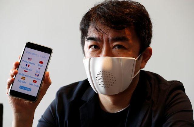 Công ty khởi nghiệp Donut Robotics chế tạo khẩu trang có khả năng kết nối với điện thoại. Ảnh: Reuters.