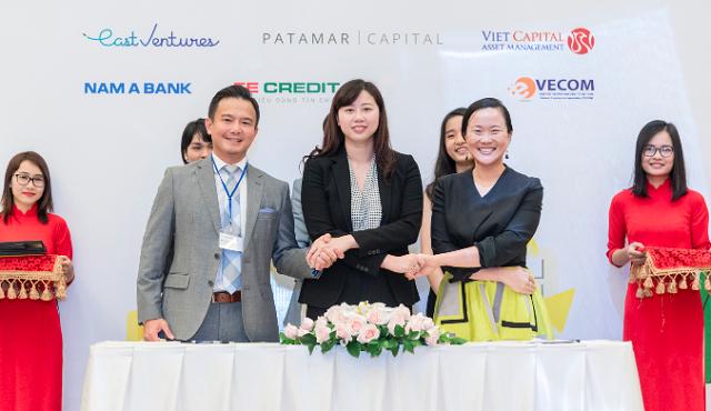 Đại diện Kim An (giữa) và 2 nhà đầu tư tại sự kiện kí kết.