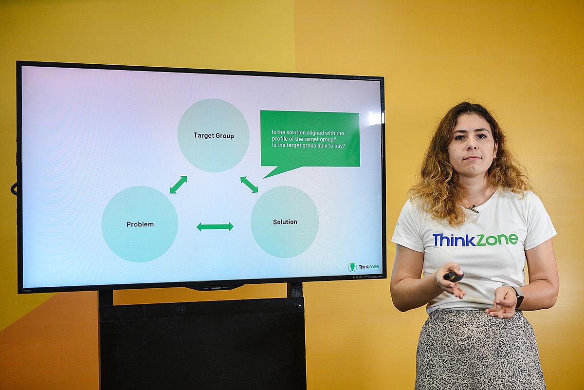 Bà Catalina Catana - Giám đốc Chương trình ThinkZone Accelerator chia sẻ về cách thức kiểm chứng sản phẩm - thị trường. Ảnh: Startup Việt 2020.