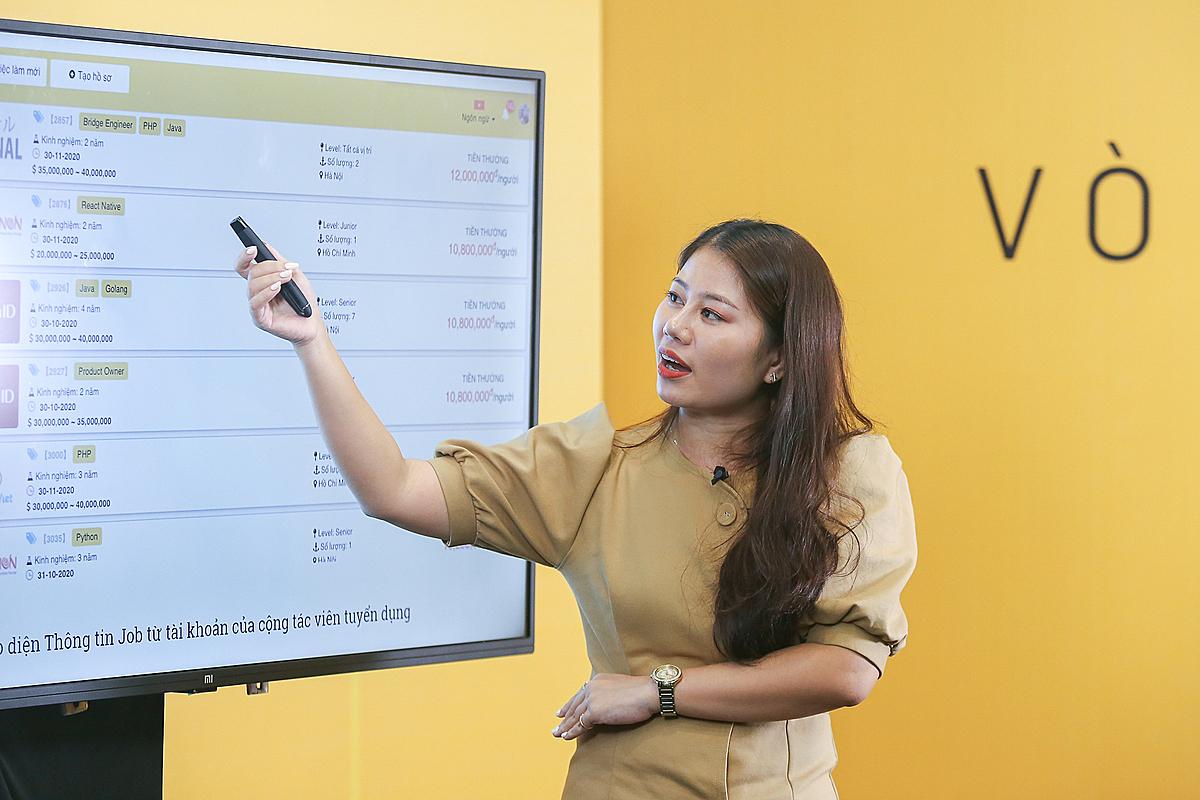 Bà Trần Thị Thanh Thủy, đại diện startup Devwork thuyết trình tại Hà Nội. Ảnh: Cao Tuấn.