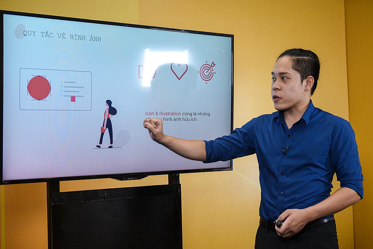 Ông Nguyễn Thành Phương - Giám đốc sáng tạo Raconteur chỉ ra các quy tắc về hình ảnh. Ảnh: Thành Huế.