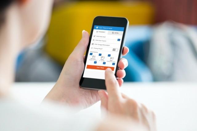 Người dùng tìm kiếm phòng khách sạn trên ứng dụng Traveloka.