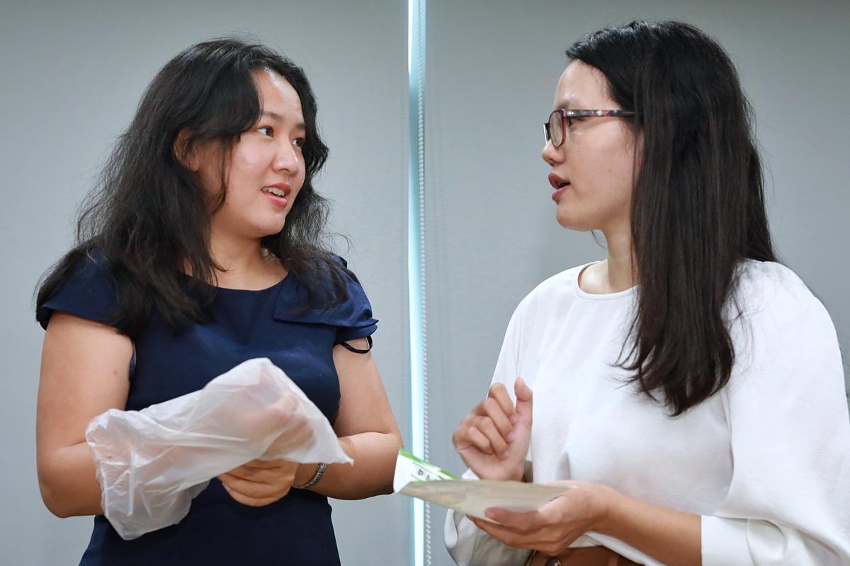 Bà Lê Diệp Kiều Trang  - nhà sáng lập của quỹ đầu tư Alabaster trao đổi về sản phẩm bao bì nhựa sinh học với đại diện startup Biostrarch. Ảnh: Hữu Khoa.