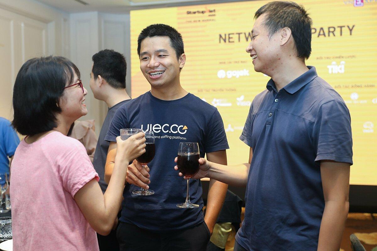 Anh Phan Xuân Cảnh - Sáng lập Việc.Có, quán quân Startup Việt 2019 (giữa) trao đổi cùng đại diện các startup khác.