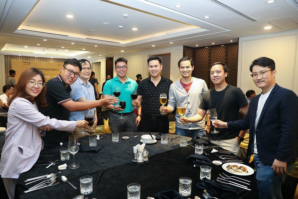 Ông Phạm Văn Tam (thứ tư từ phải sang) - Chủ tịch Winsan gặp gỡ và giao lưu với cộng đồng Startup Việt.