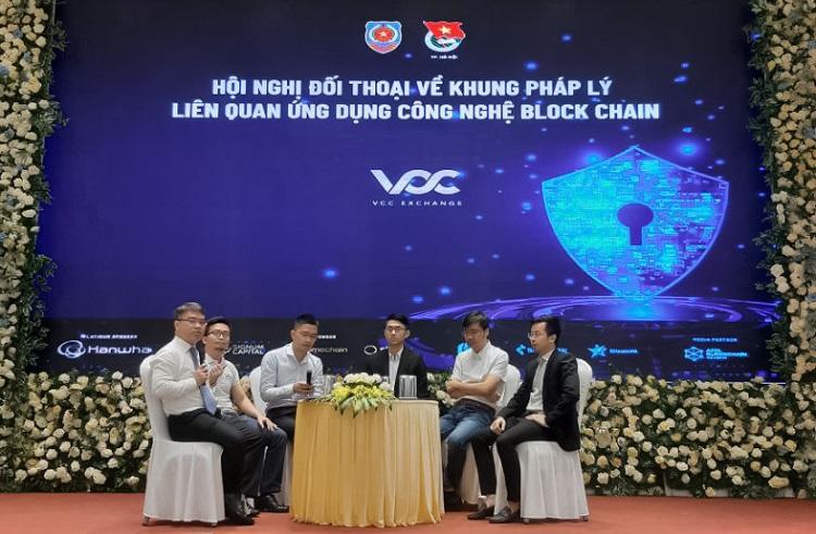 Phạm Minh Trí (ngoài cùng bên phải) trong tọa đàm tham luận về công nghệ với Bộ Tư pháp.
