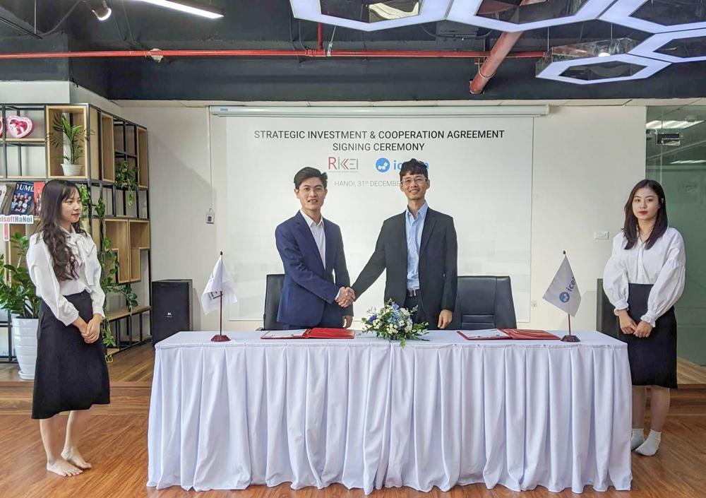 Trương Hồng Thi – Founder & CEO của Icetea (bên phải) ký kết hợp tác với ông