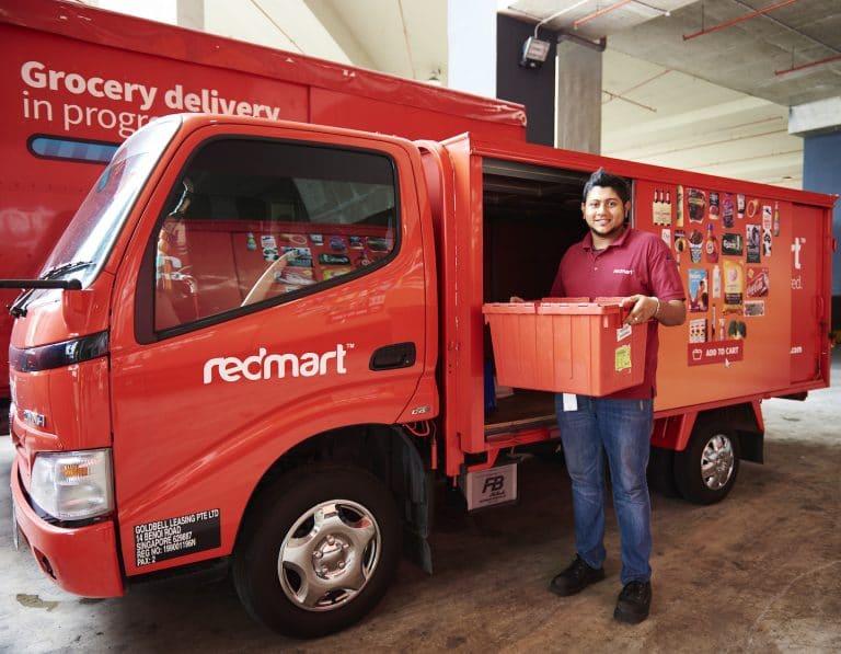 Tài xế và xe giao thực phẩm tươi sống RedMart thuộc Lazada. Ảnh