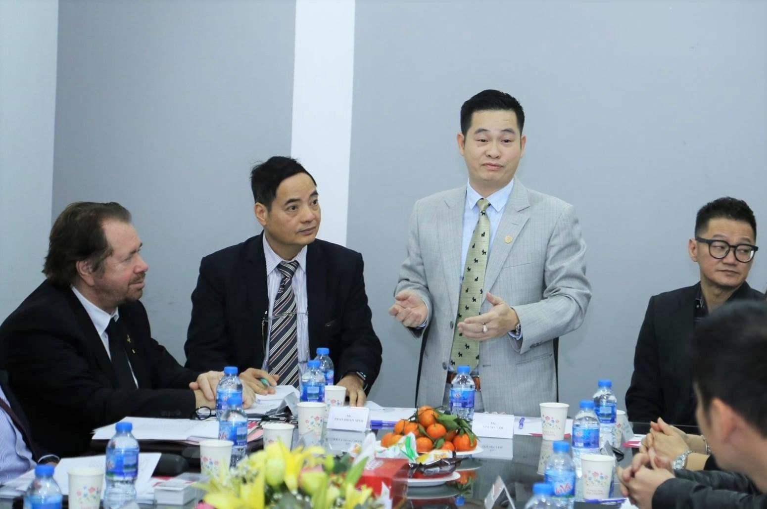 Ông Trần Hoàn Sinh - Tổng giám đốc của iSalon (thứ ba từ trái qua) trong một cuộc họp với đối tác. Ảnh: iSalon.