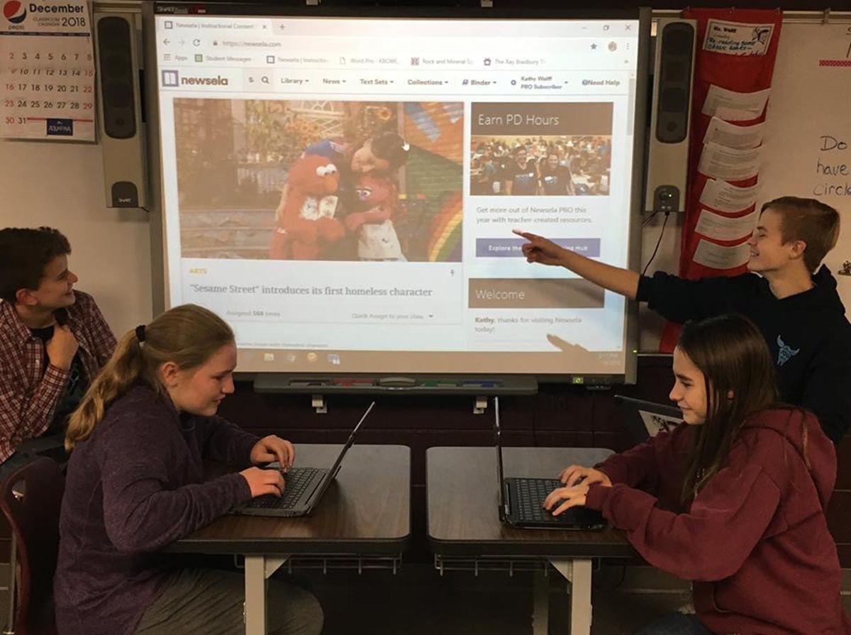 Nhóm học sinh lớp tám tại Trường Trung học Spearfish, vùng núi Black Hills, đang dùng Newsela. Ảnh: Black Hills Pioneer.