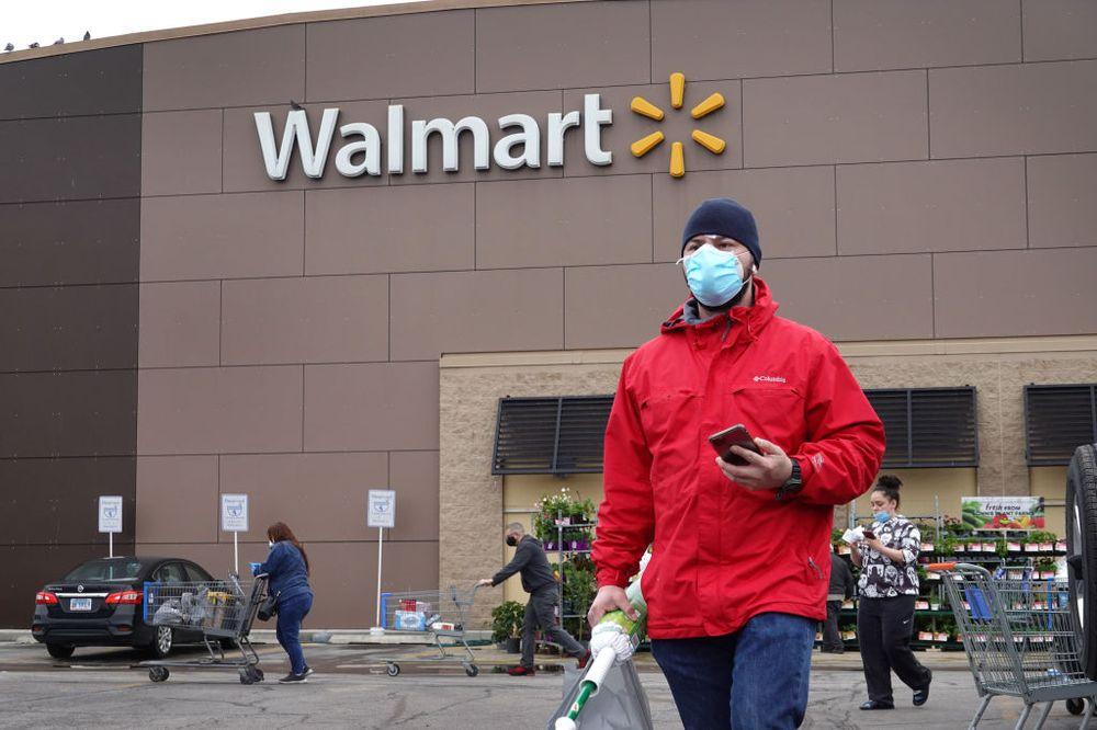 Khách hàng mua sắm tại một cửa hàng Walmart ở Chicago, Illinois. Ảnh: Getty.
