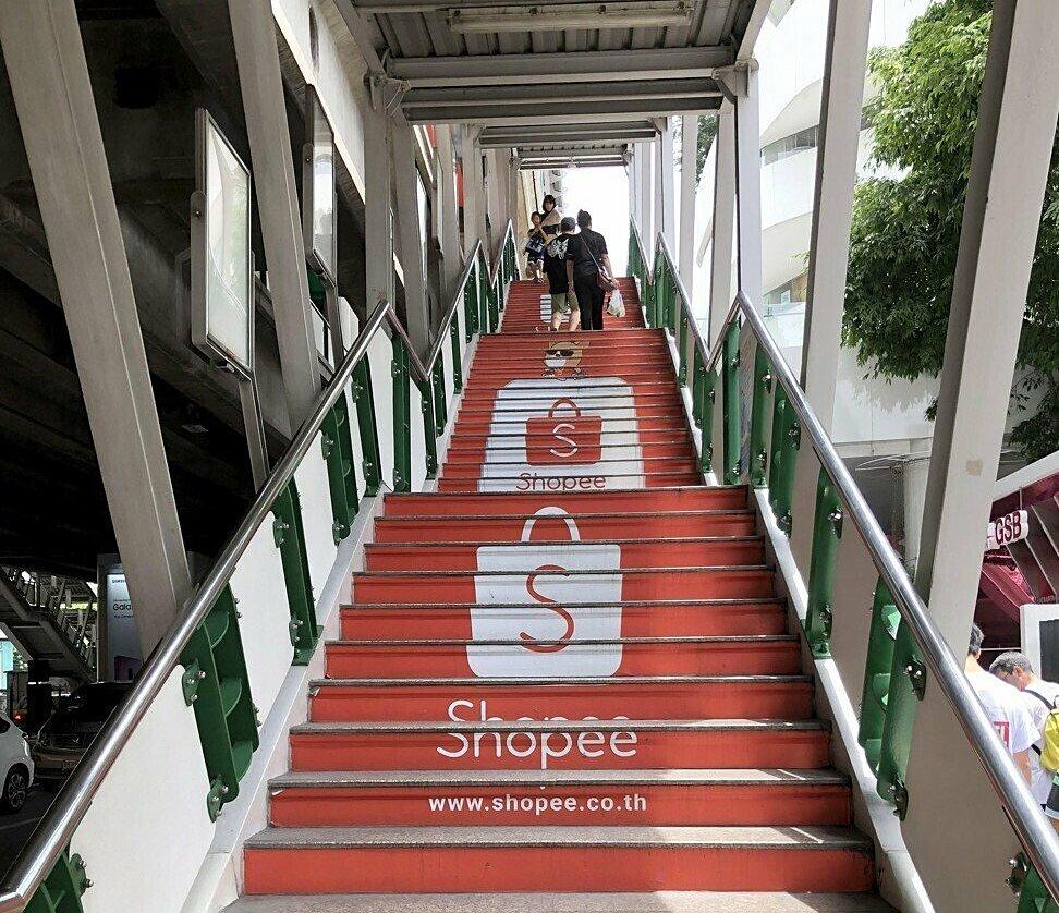 Quảng cáo Shopee trên cầu thang dẫn đến ga tàu trên cao ở Bangkok. Ảnh: Chua Kong Ho