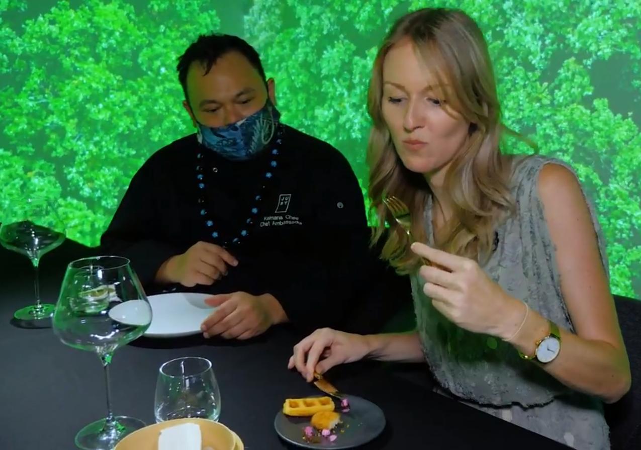Phóng viên CNBC dùng thử món ăn chế biến từ thịt gà nuôi cấy trong phòng thí nghiệm