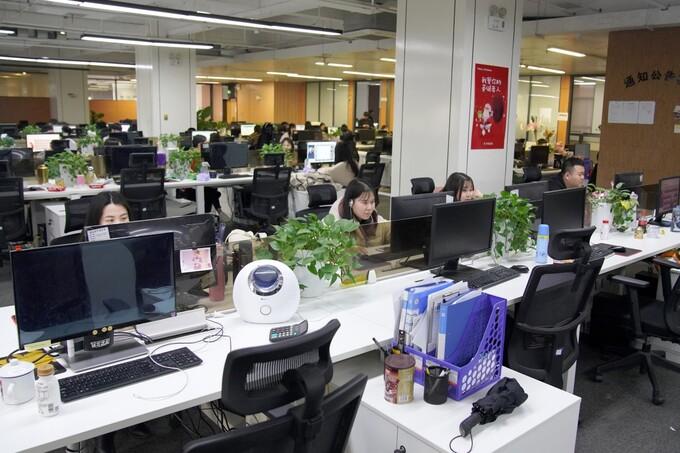 Văn phòng sáng đèn đến nửa đêm là hình ảnh quen thuộc ở các công ty Internet Trung Quốc. Ảnh: SCMP.