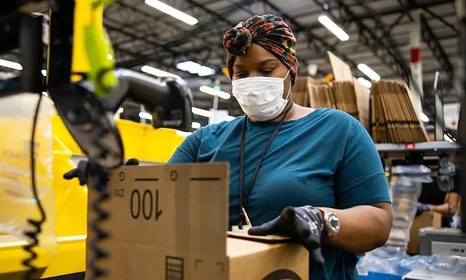 Công nhân ở Amazon. Ảnh: Amazon.
