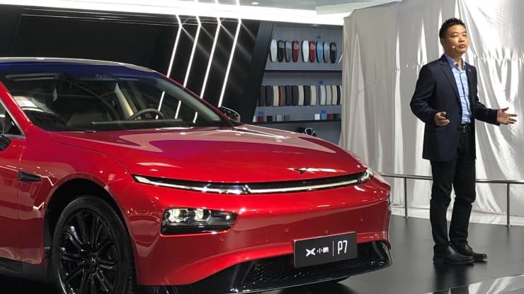 Giám đốc điều hành Xpeng He Xiaopeng đứng cạnh chiếc sedan điện P7 của công ty khi ông phát biểu trước giới truyền thông tại Triển lãm ôtô quốc tế Bắc Kinh 2020. Ảnh: CNBC.
