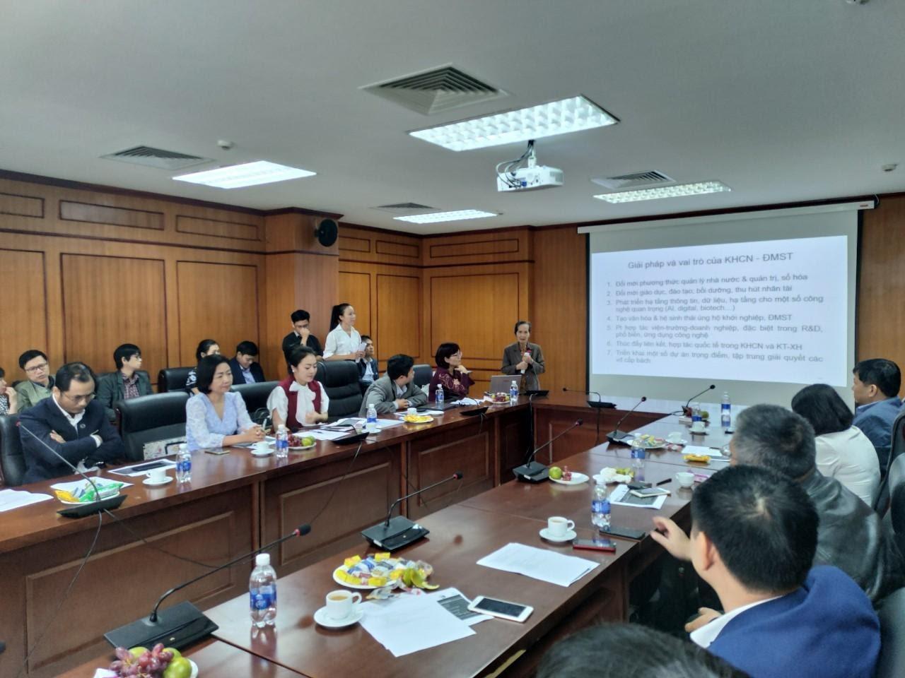 Bà Phạm Chi Lan phát biểu trong lễ ra mắt LIFVietnam ngày 11/4. Ảnh: LIFVietnam.