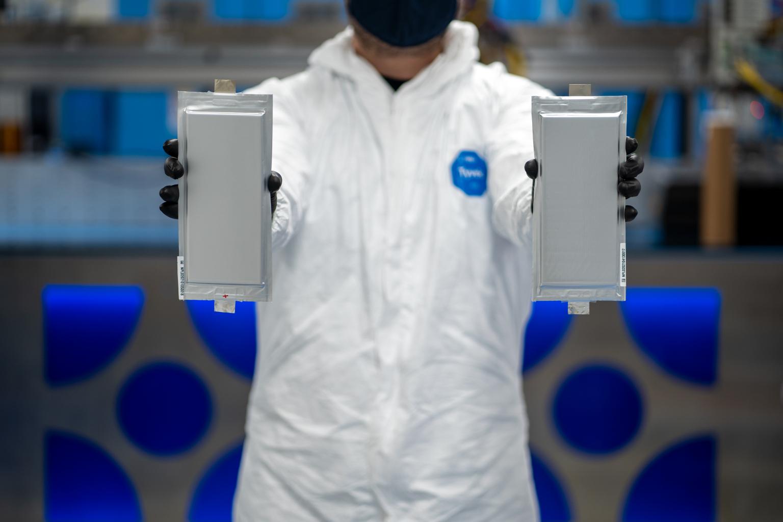 Một kỹ sư sản xuất Solid Power cầm hai hợp phần pin trạng thái rắn 20 Ah, đang sản xuất cho BMW và Ford Motor Company. Ảnh: Solid Power.