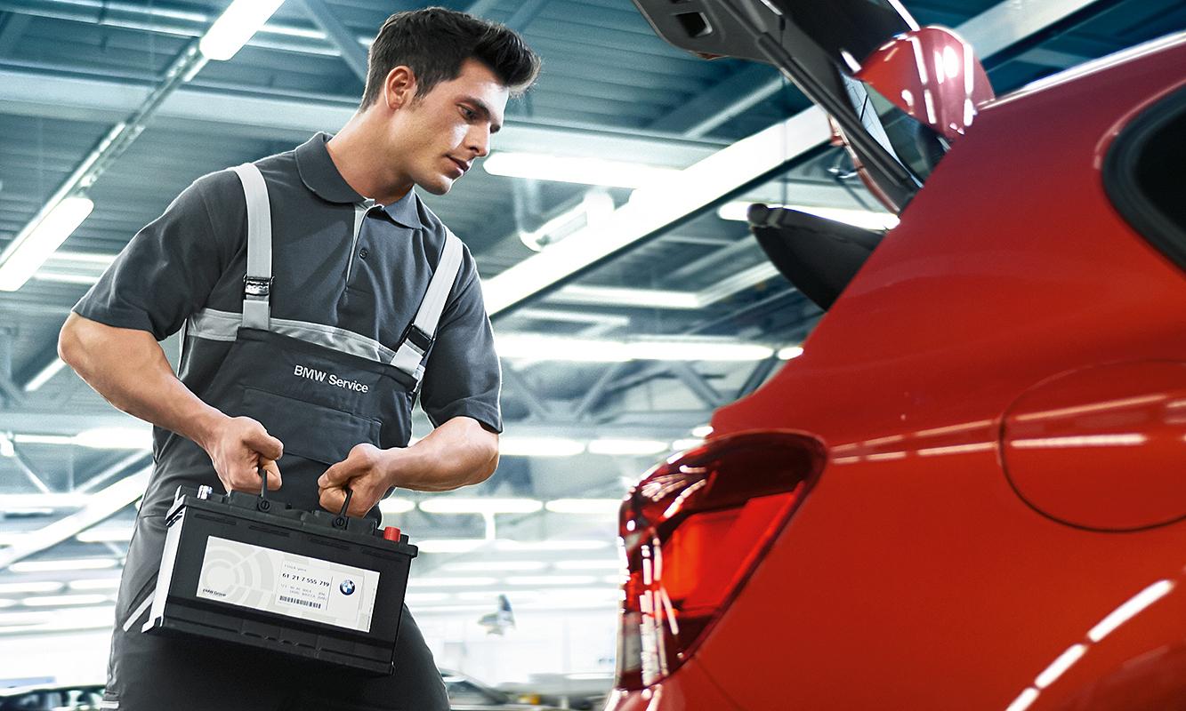Nhân viên BMW đang thay pin cho một ôtô. Ảnh: BMW Services.
