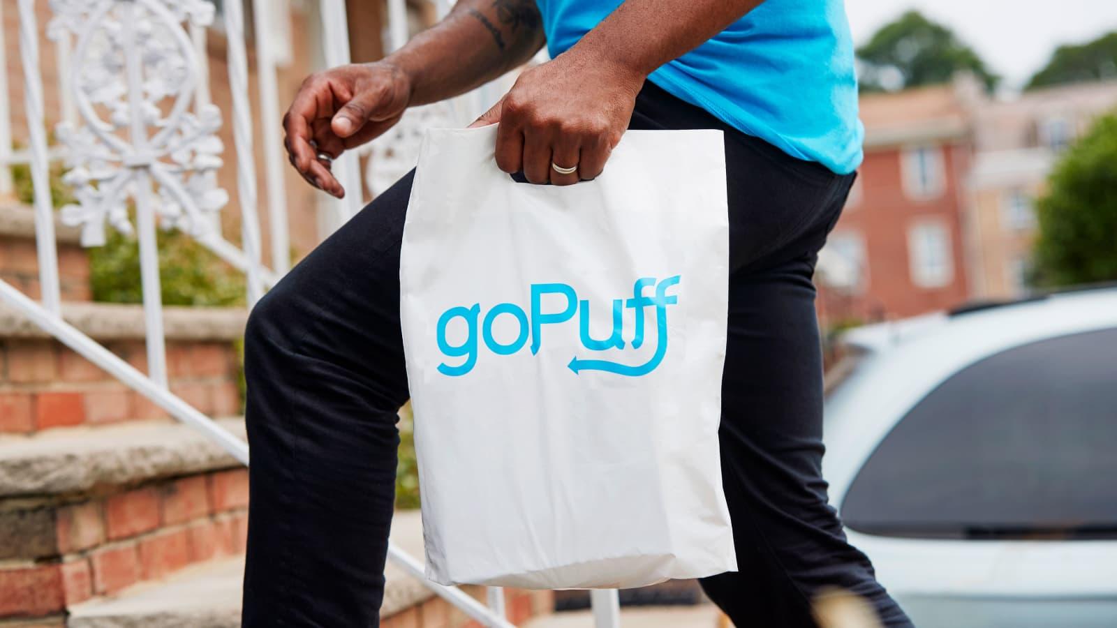 Một nhân viên Gopuff đang giao hàng. Ảnh: Gopuff.