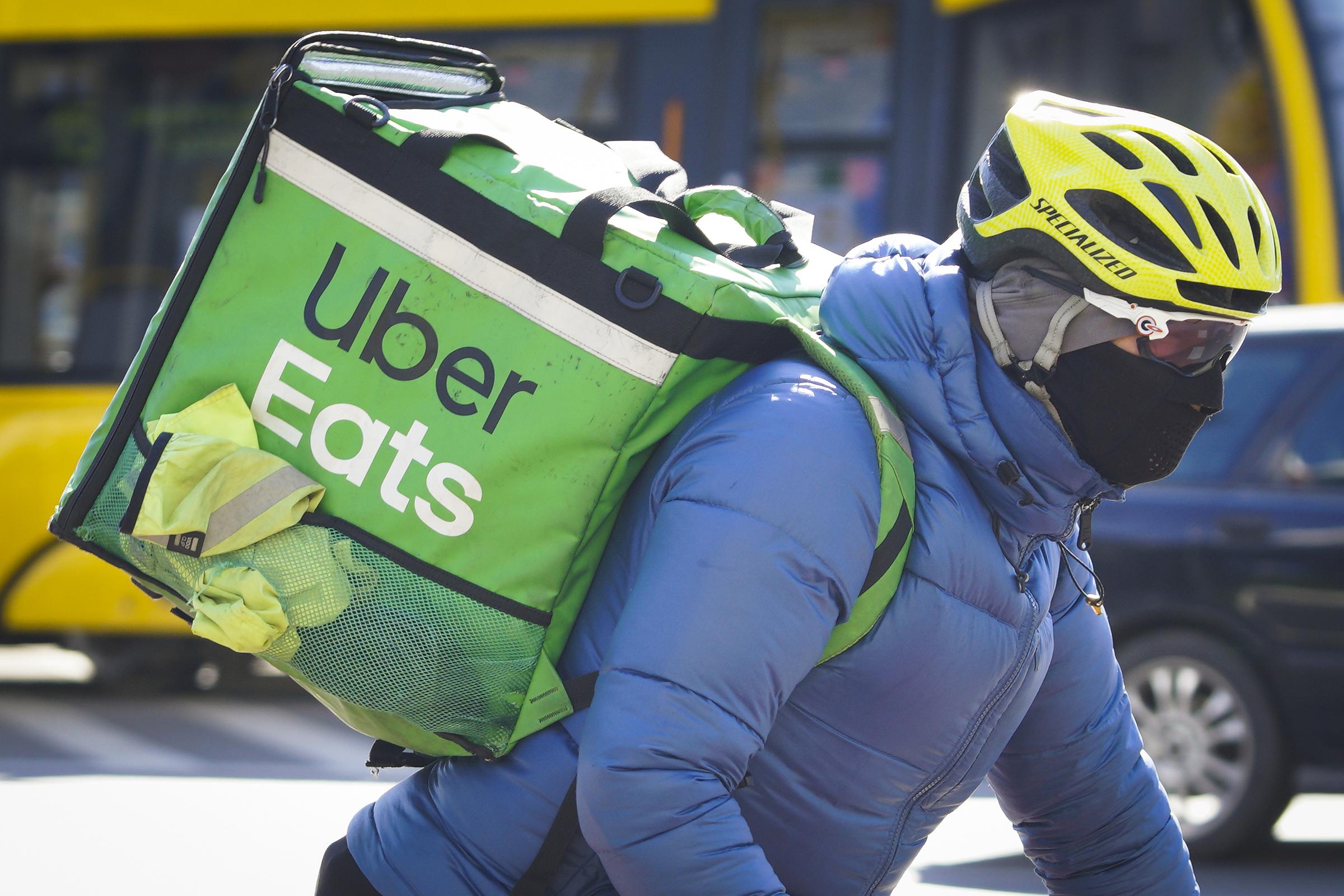 Một nhân viên Uber Eats đang giao đơn hàng. Ảnh: Uber.