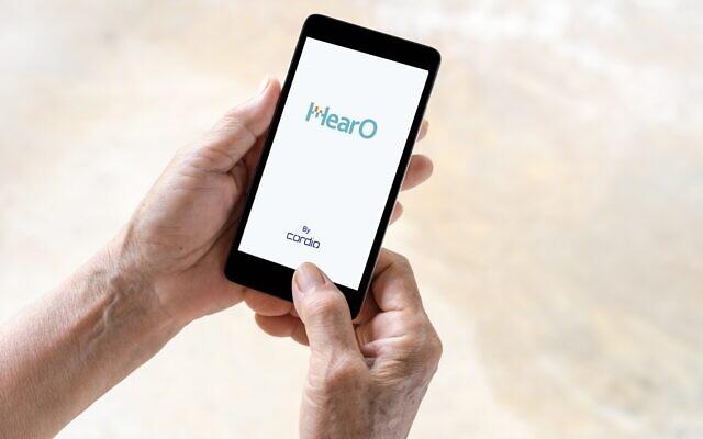 Người dùng đang thao tác trên ứng dụng HearO. Ảnh: Cordio Medical.