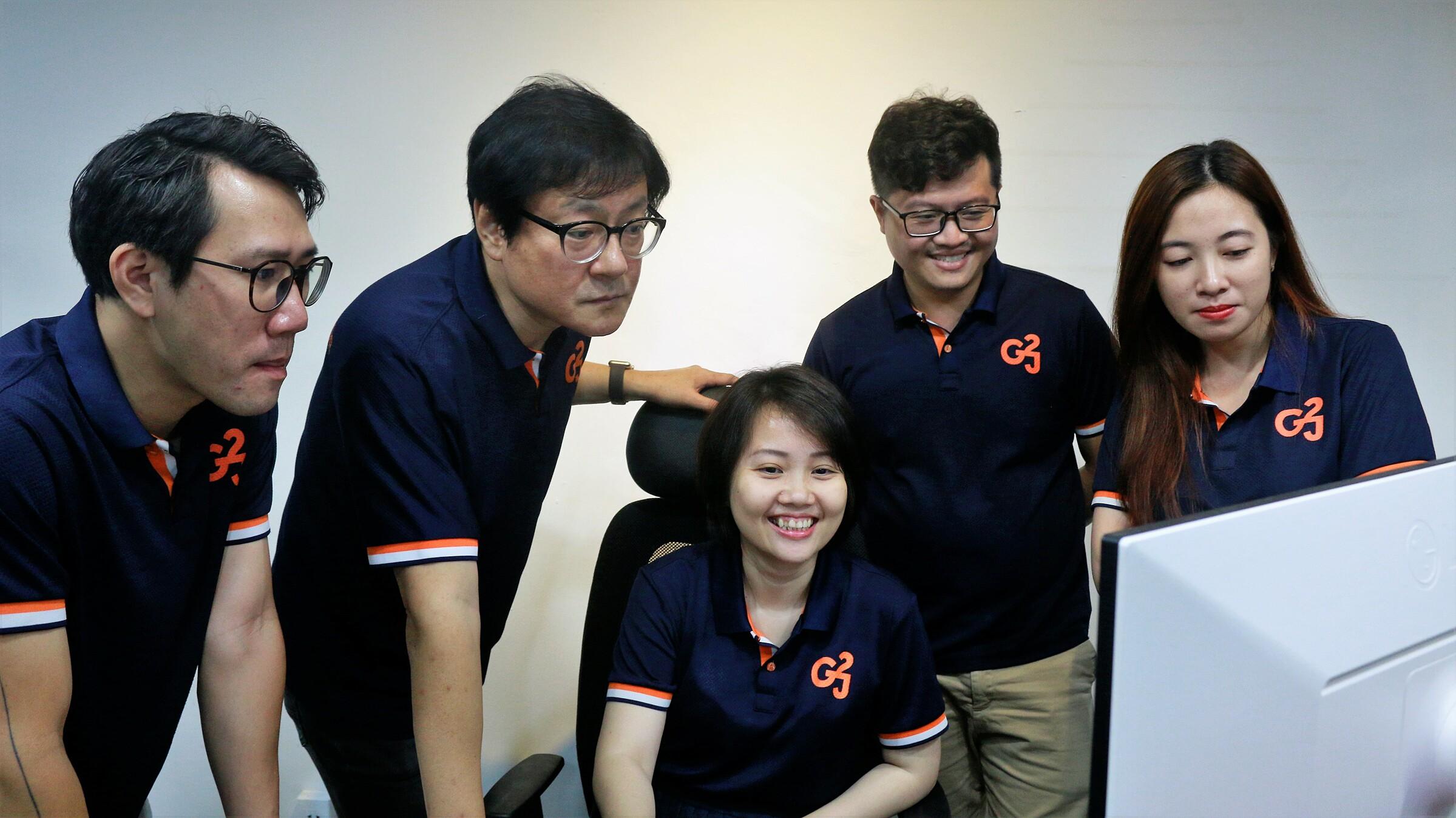 CEO Simon Byun (thứ hai từ trái qua) làm việc cùng đội ngũ Go2Joy. Ảnh: Tất Đạt.
