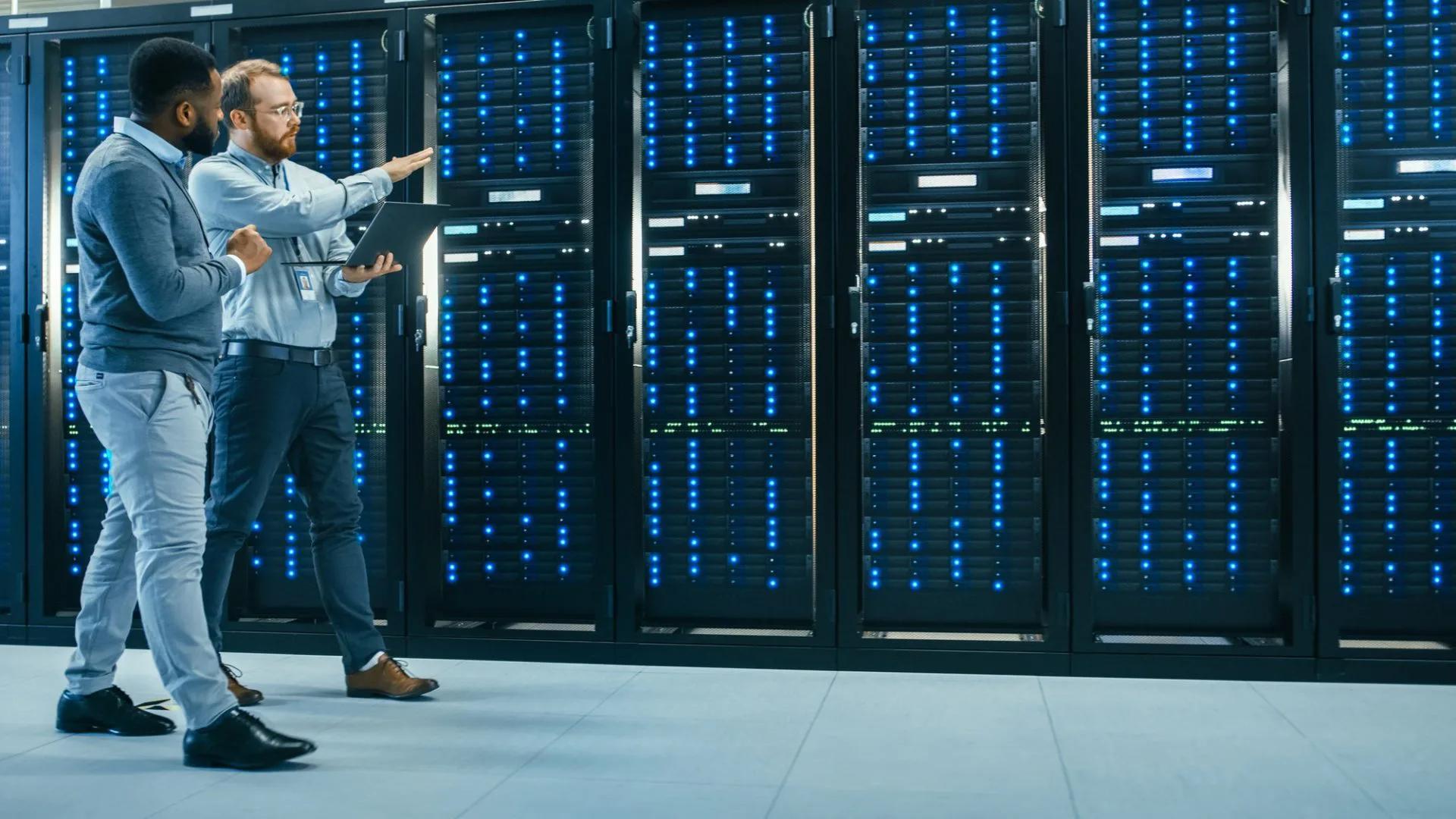 Hệ thống máy chủ của các doanh nghiệp lớn có thể rất phức tạp, khó kiểm soát. Ảnh: Investo.