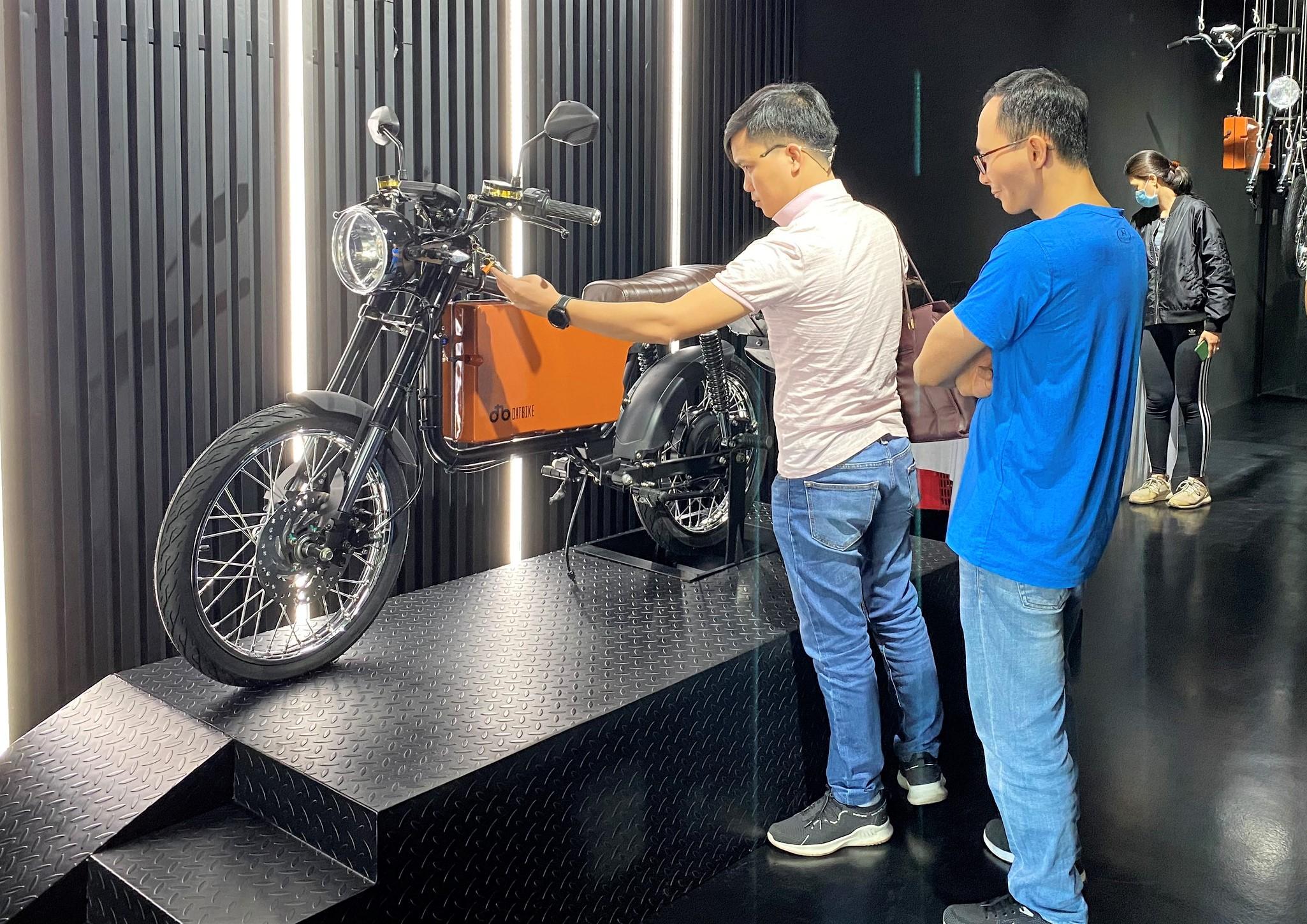 Khách hàng ngắm và trải nghiệm xe điện Dat Bike hồi tháng 4/2021. Ảnh: Tất Đạt.