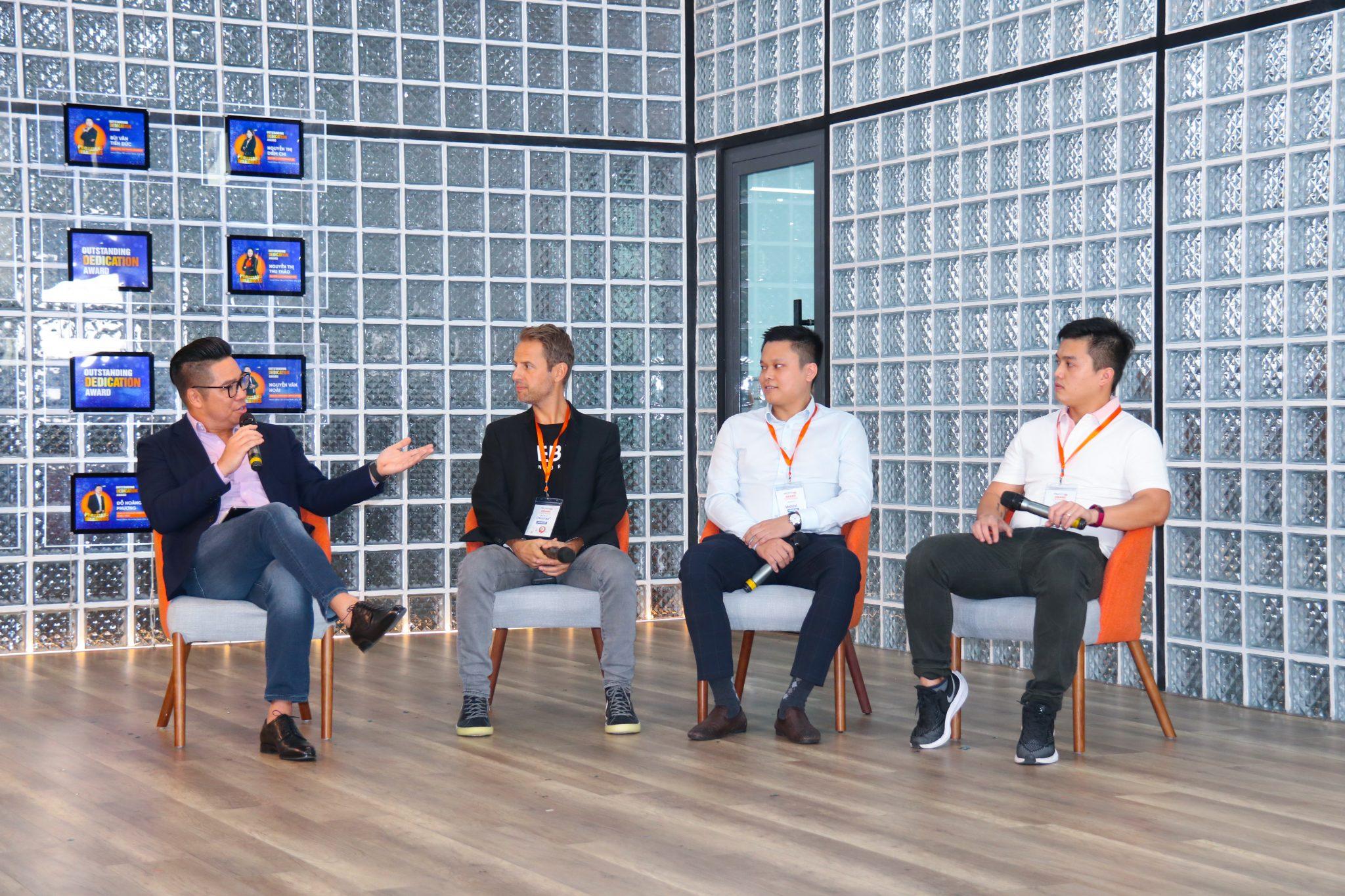 Ông John Lê - CEO Propzy (trái) cùng các chuyên gia trong cộng đồng khởi nghiệp. Ảnh: Propzy.