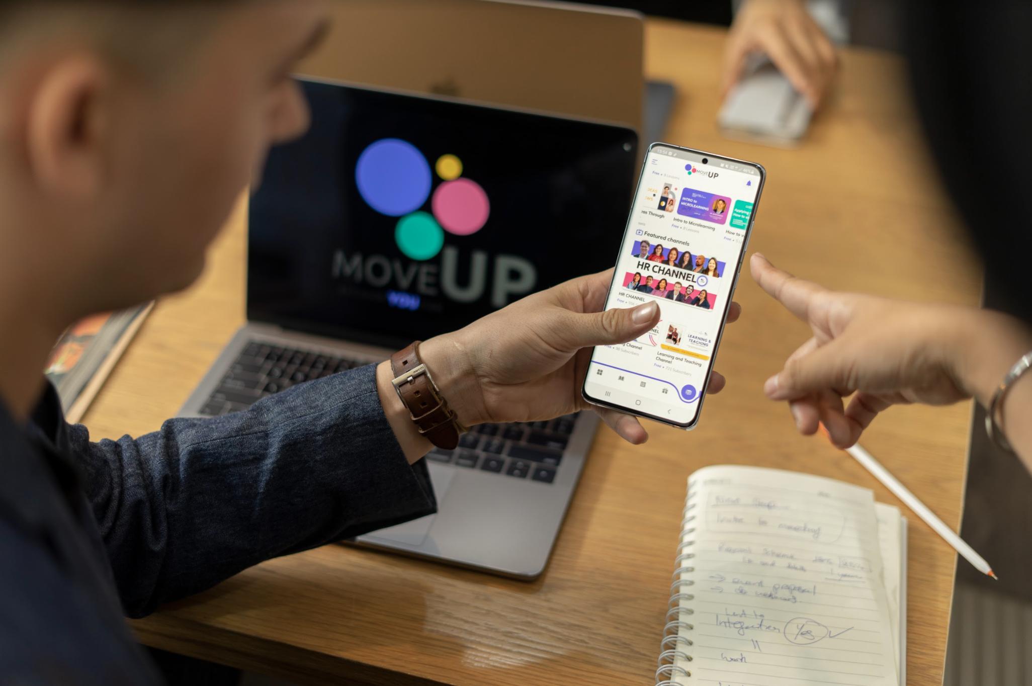 Người dùng đang thao tác trên ứng dụng MoveUp. Ảnh: NVCC.