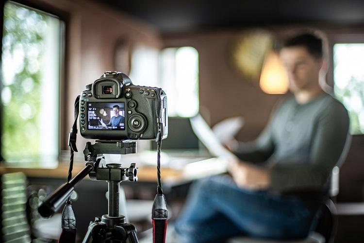 Nhiều người tự chuẩn bị máy móc, thiết bị để phát triển những nội dung video cho cộng đồng. Ảnh: Getty Images.