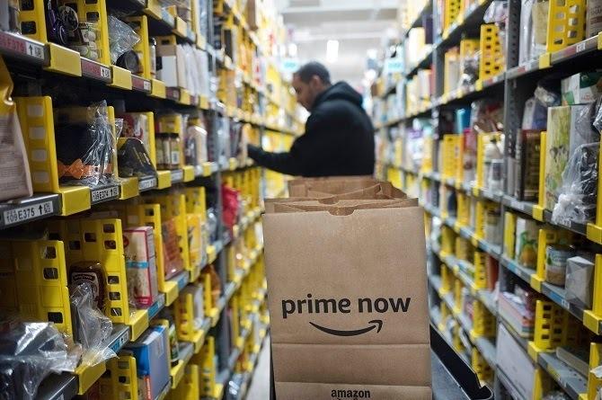 Nhân viên Amazon làm việc tại một nhà kho ở New York. Ảnh: AP.