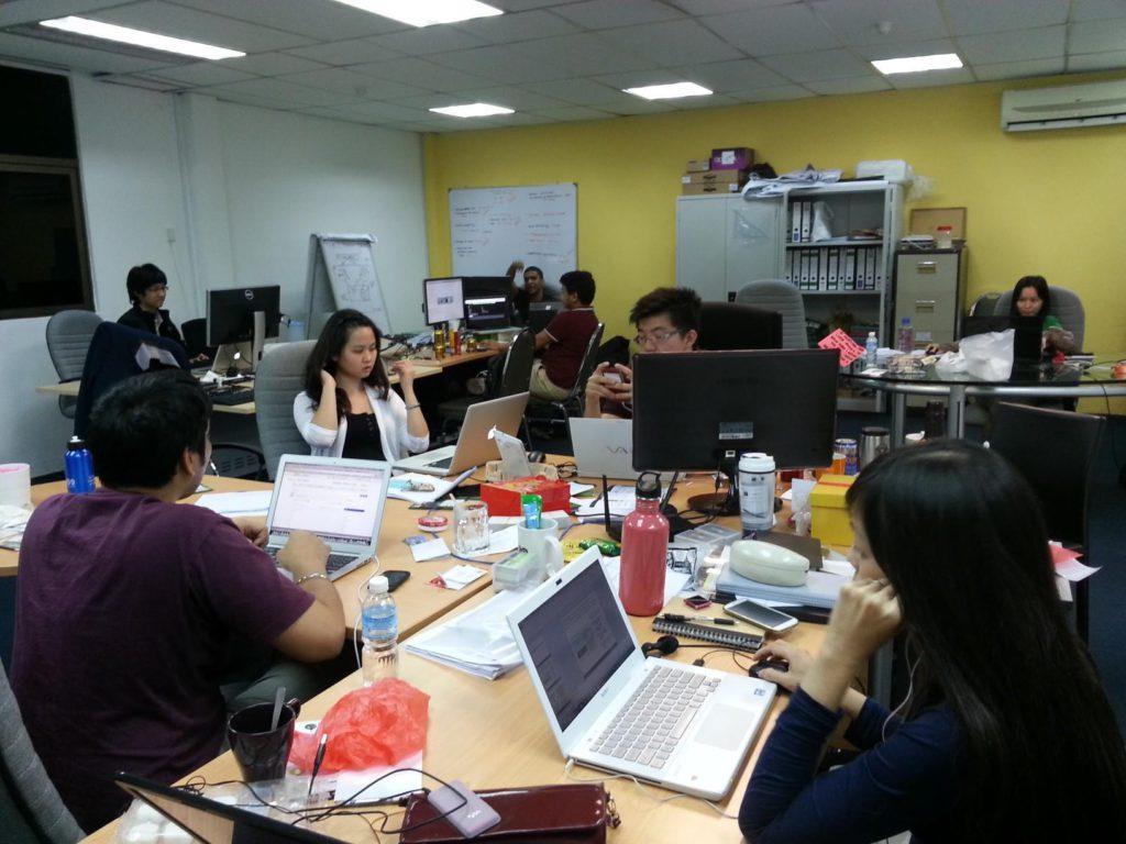 Văn phòng Grab trong những ngày đầu thành lập chủ yếu bao gồm một đội ngũ công nghệ nhỏ và ít sinh viên thực tập. Ảnh do Grab cung cấp.