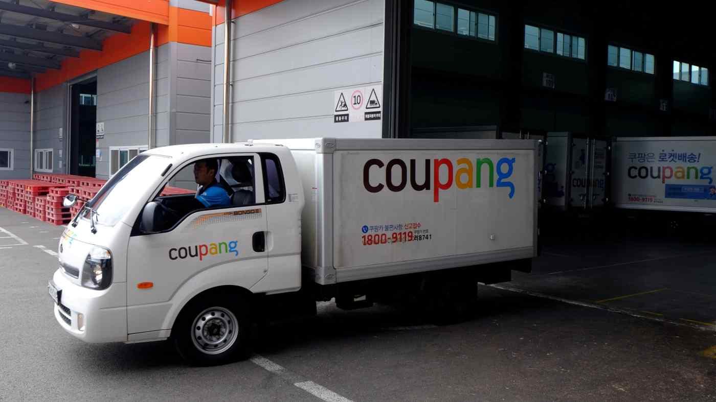 Xe tải giao hàng cho nhà bán lẻ thương mại điện tử Coupang rời một trung tâm phân phối ở Seoul. Quỹ Vision 2 của Softbank là một nhà đầu tư lớn vào công ty. © Reuters