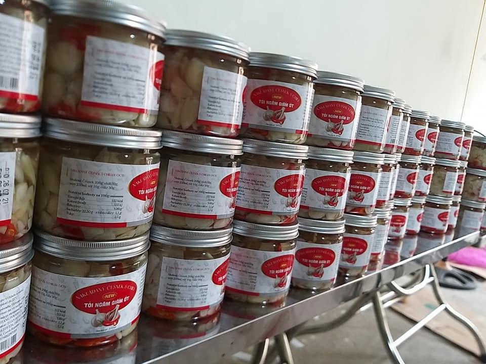 Sản phẩm giấm ngâm tỏi ớt chuẩn bị được xuất xưởng lên tàu biển sang thị trường châu Âu. Ảnh: NVCC.