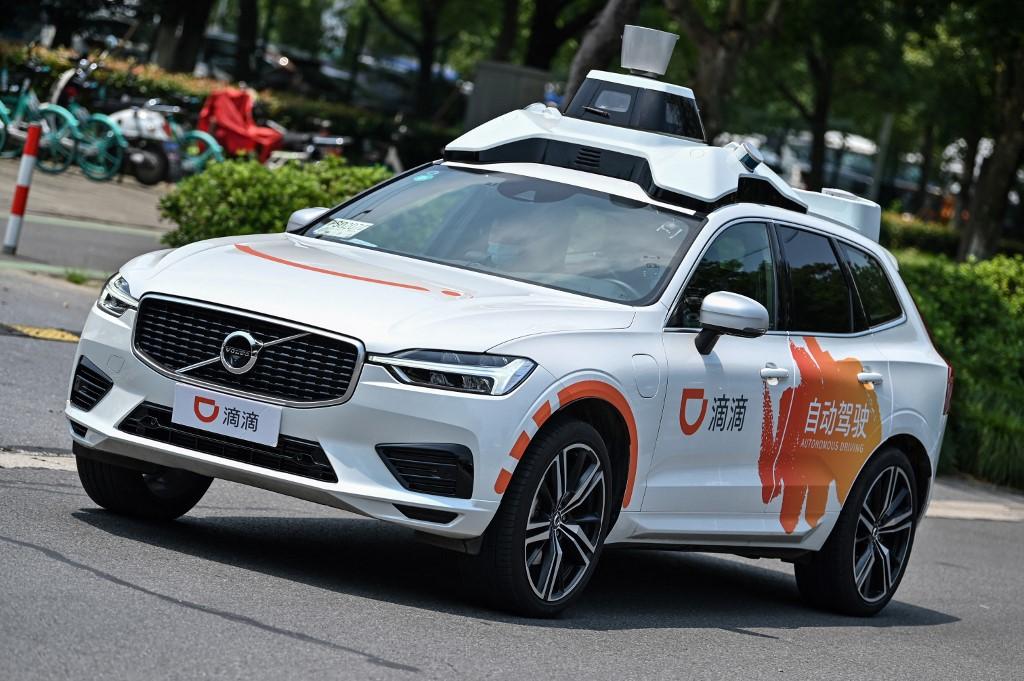 Một chiếc taxi tự lái Didi lái thử nghiệm trên đường phố ở Thượng Hải. Ảnh: AFP.